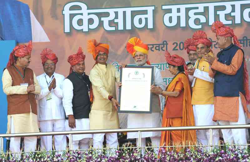 PM Narendra Modi unveils guidelines for Pradhan Mantri Fasal Bima Yojana at Sehore, Madhya Pradesh, in February 2016. Photo: PMO website