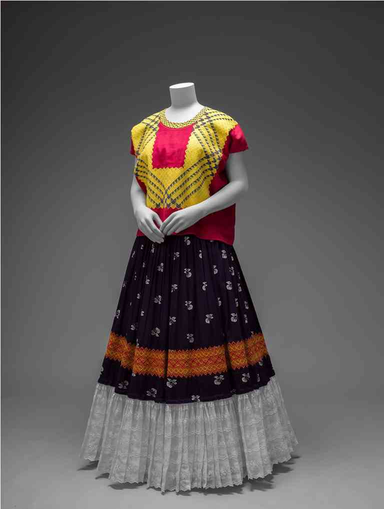 Cotton huipil with machine-embroidered chain stitch; printed cotton skirt with embroidery and holán (ruffle). Credit: Museo Frida Kahlo