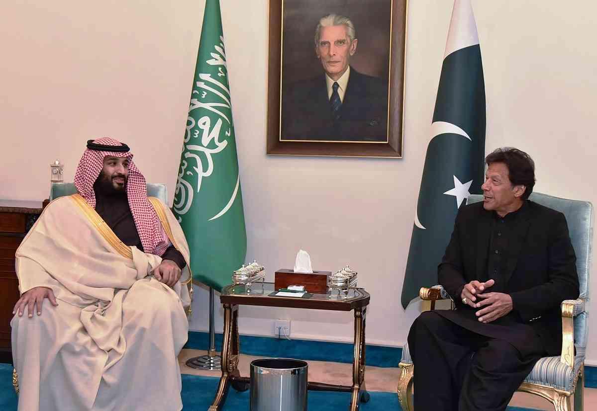 पाकिस्तान में इमरान ख़ान से बातचीत करते प्रिंस सलमान (तस्वीर : एएफपी)