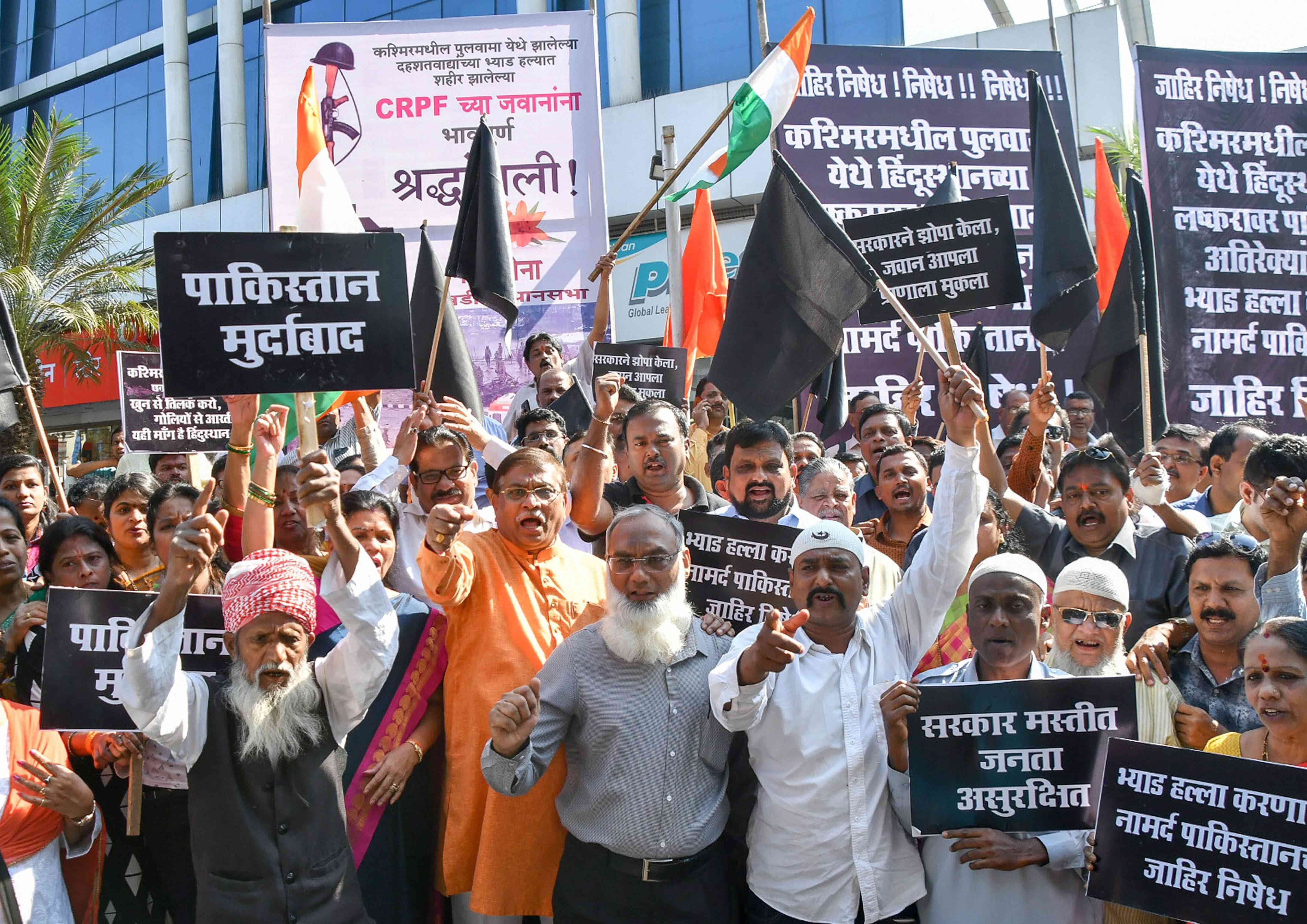 Shiv Sena workers stage a protest in Mumbai's Lalbaug. Credit: PTI.