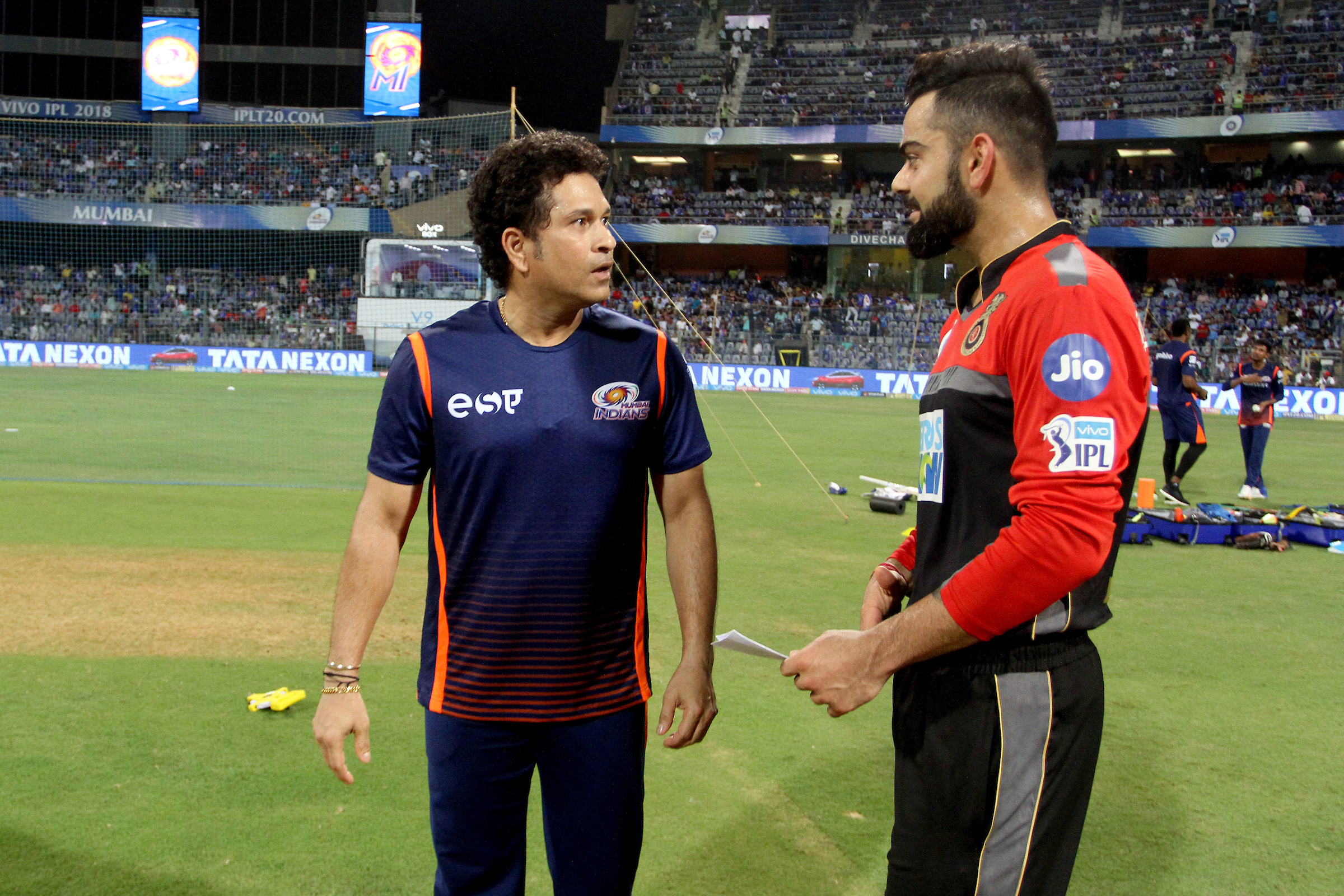 Mumbai Indians icon Sachin Tendulkar interacts with RCB skipper Virat Kohli ahead of the match on Tuesday. Photo: Sportzpics