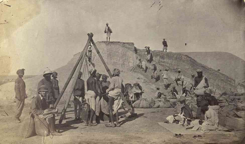 Workers load salt on the new British leases at Sambhar Lake, Jaipur, 1870s. Photo credit: British Library