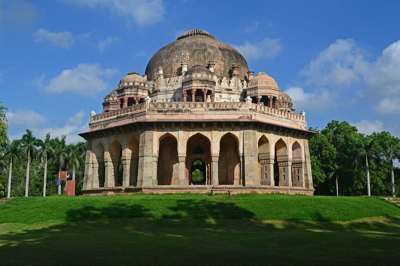 Mubarak Khan Ka Gumbaz which stands in Lodi Gardens. Photo credit: Wikimedia Commons [Licensed under CC-BY-SA-3.0]
