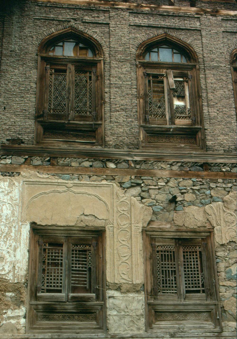 Dhajji Diwari with stucco exterior on the ground floor, Taq construction with brick piers above. Photo credit: Anuradha Chaturvedi