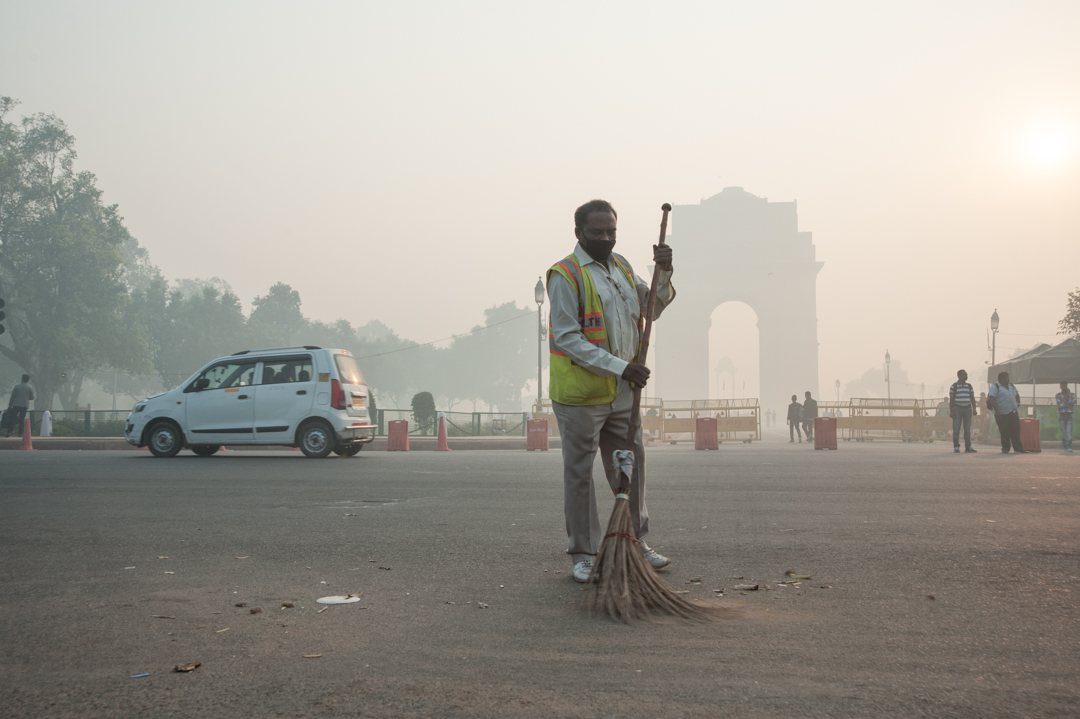 India gate covered in smog on the morning after Diwali celebrations in New Delhi. Photo credit: Sayantoni Palchoudhuri/Delhi