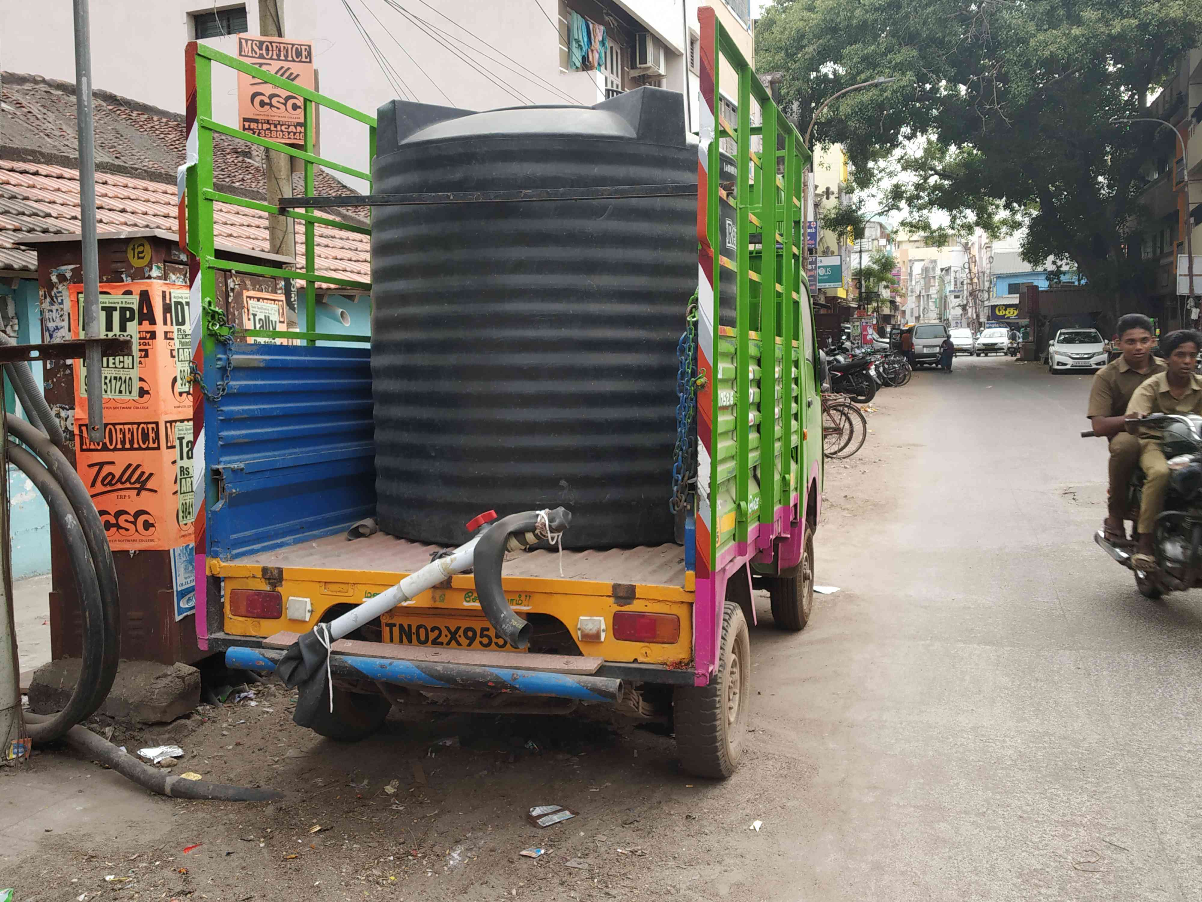 A smaller water tanker supplying drinking water to residents in narrow lanes in Chennai. Credit: Sruthisagar Yamaun