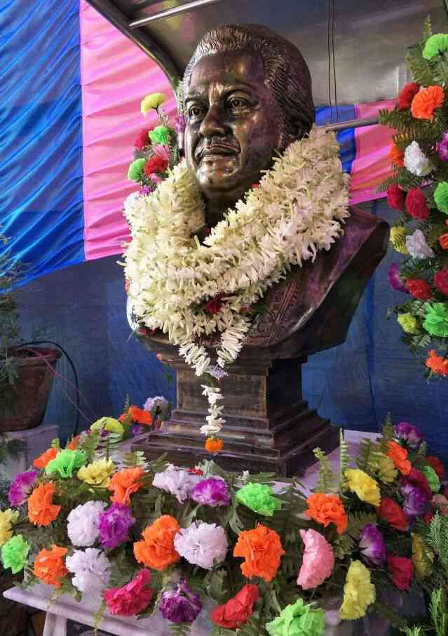 Kishore Kumar's bust in Salkia, Howrah. Photo by Devarsi Ghosh.