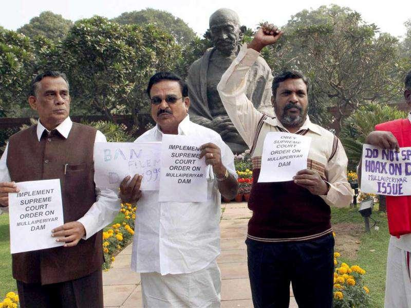 Congress MPs from Kerala demand that the Mullaperiyar dam's water level be lowered during a demonstration at the Parliament House complex in Delhi in November 2011. (Credit: HT)