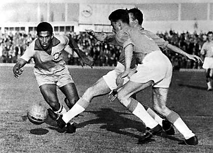 Garrincha in action during World Cup 1962. Photo credit: Pressens bild/Wikimedia Commons [Public Domain]