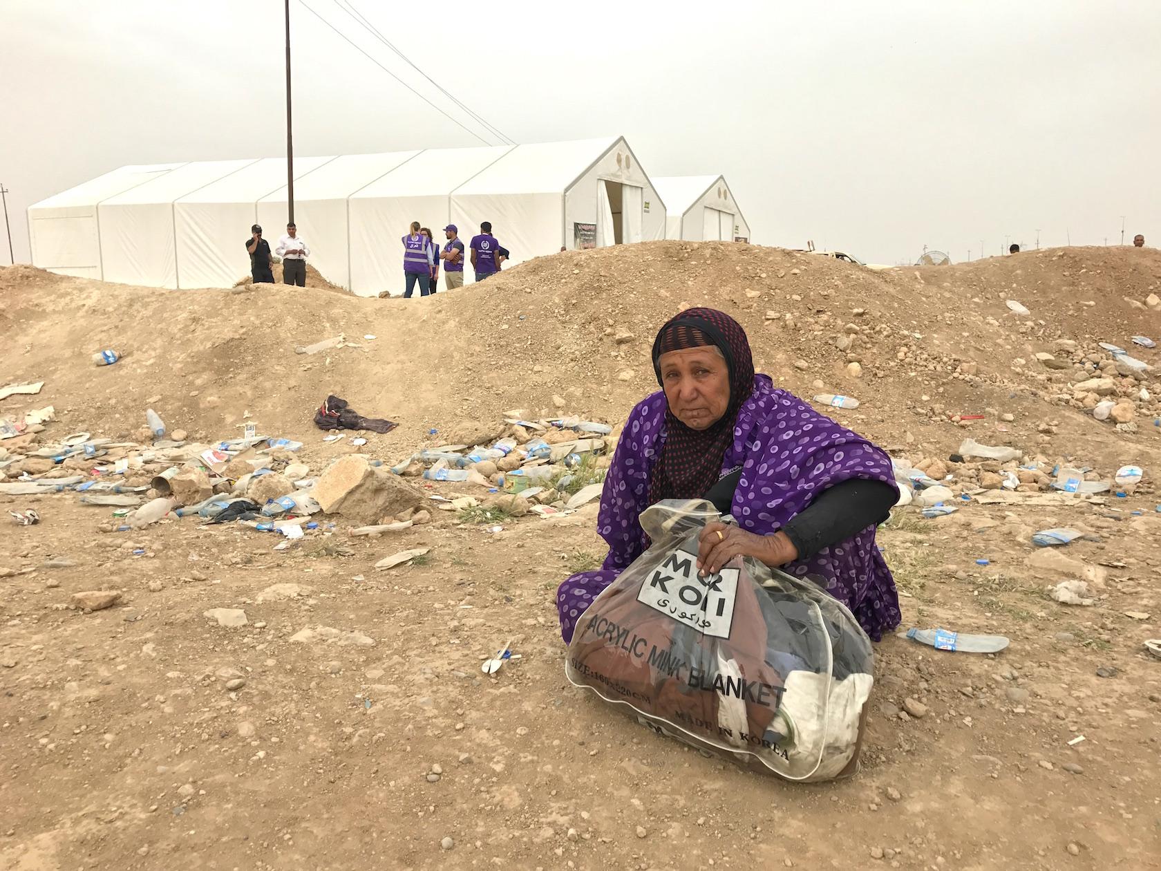 यह महिला भी मोसुल के पश्चिमी इलाके से ही ताल्लुक रखती है. लेकिन इतनी थक चुकी है कि बात भी नहीं कर सकती. फोटो क्रेडिट : सुप्रिया शर्मा