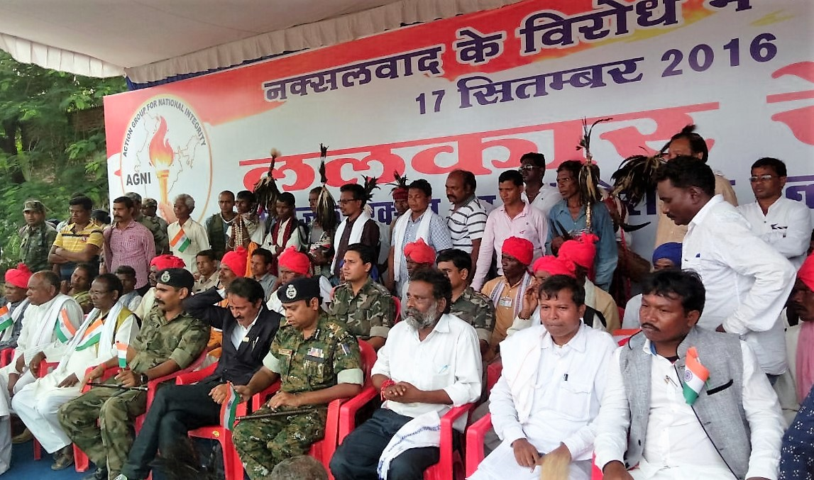 AGNI members and the police share the stage at a rally in Jagdalpur in September. Also present are former Salwa Judum leaders: Madhukar Rao, Soyyam Muka and P Vijay. Credit: Shaikh Tayyab, Patrika