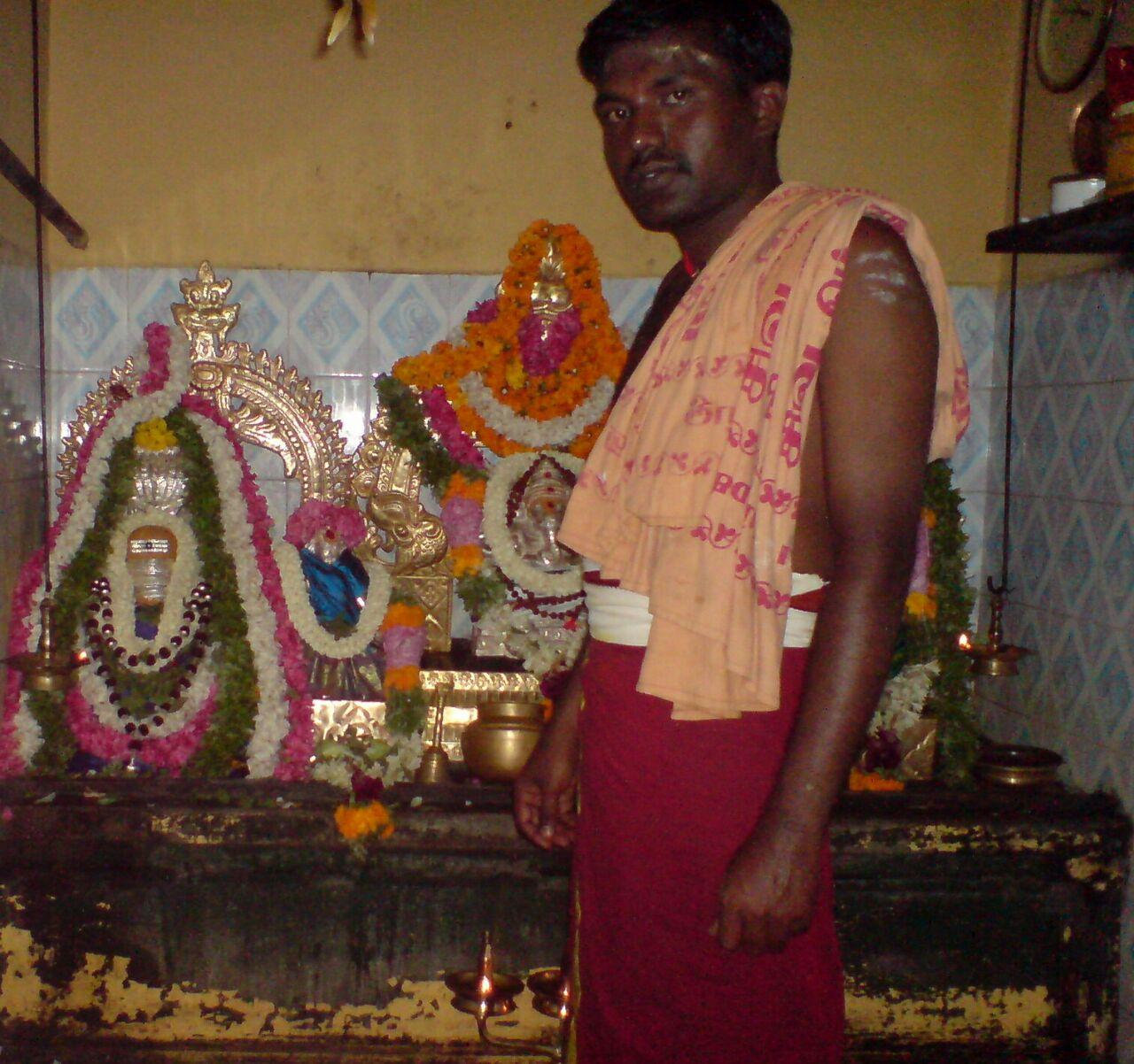 Balaguru at the Palliputtur temple in Tiruchendur. (Photo credit: Student Priests' Association).
