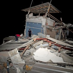 Ecuador earthquake: Toll rises to 350 as aid starts pouring in from neighbouring countries