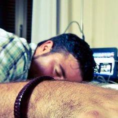 नींद अब कुदरत का वरदान नहीं रही इसलिए उद्योग में तब्दील हो चुकी है