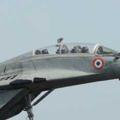 गोवा एयरपोर्ट के रनवे पर मिग 29 लड़ाकू विमान के ईंधन की टंकी गिरने से आग लगी, उड़ानें प्रभावित