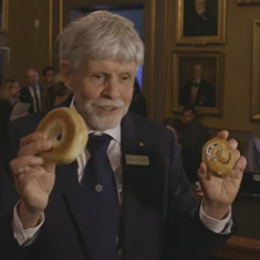 Watch: Only bagels and buns can explain the complicated physics that won the 2016 Nobel Prize