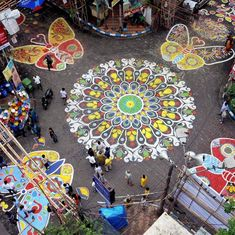कोलकाता की दुर्गा पूजा को इस बार इसकी सड़कों पर फैली अनूठी चित्रकारी ने और भी खास बना दिया है