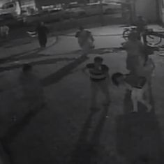 Watch: Man thrashes minor girl in Mumbai, onlookers do nothing