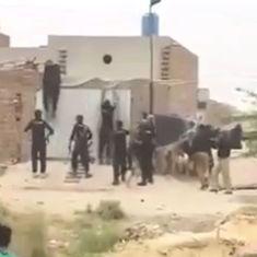 'पाकिस्तान में भगवा ध्वज फहराने पर पुलिस द्वारा हिंदुओं की पिटाई' के वीडियो का सच क्या है