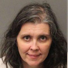 अमेरिका : अपने 13 बच्चों को भूखा-प्यासा कैद रखने के आरोप में पति-पत्नी गिरफ्तार