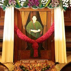 तमिलनाडु विधानसभा में जे जयललिता की तस्वीर लगाने पर विवाद क्यों हो गया है?