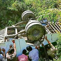जम्मू-कश्मीर : खाई में कार गिरने से 11 लोगों की मौत