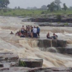 मध्य प्रदेश : छुट्टी मनाने झरने पर गए 17 लोग बहे