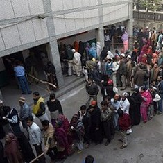 Watch how waiting in queues makes travellers go crazy, and what we can do about it