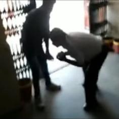 मध्य प्रदेश : एक प्रोफेसर ने देशद्रोही कहे जाने पर एबीवीपी कार्यकर्ताओं के पैर छूकर माफी मांगी