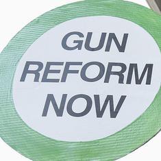अमेरिका में बंदूक संस्कृति की जड़ें इस देश के इतिहास, संविधान और इसकी राजनीति से जुड़ती हैं