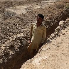 पाकिस्तान के कराची में बढ़ती गर्मी के कारण पहले से ही कब्रों की खुदाई का काम शुरू हुआ