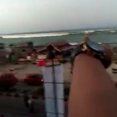 Watch this man warning people in Indonesia's Palu as tsunami waves approach