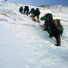 माउंट एवरेस्ट के सबसे ऊंचाई पर स्थित कूड़ेदान में तब्दील होने सहित आज की प्रमुख सुर्खियां