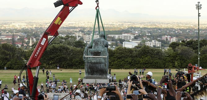 Students of the University of Cape Town cheer as a statue of Cecil John Rhodes is removed in April 2015. (Credit: Samaya Hisham / Reuters)