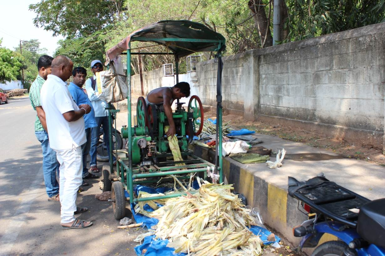 On a hot day, people buy sugarcane juice from a vendor in the city of Bhubaneswar, in India's eastern state of Odisha, April 3, 2016. Photo credit: Manipadma Jena/Thomson Reuters Foundation