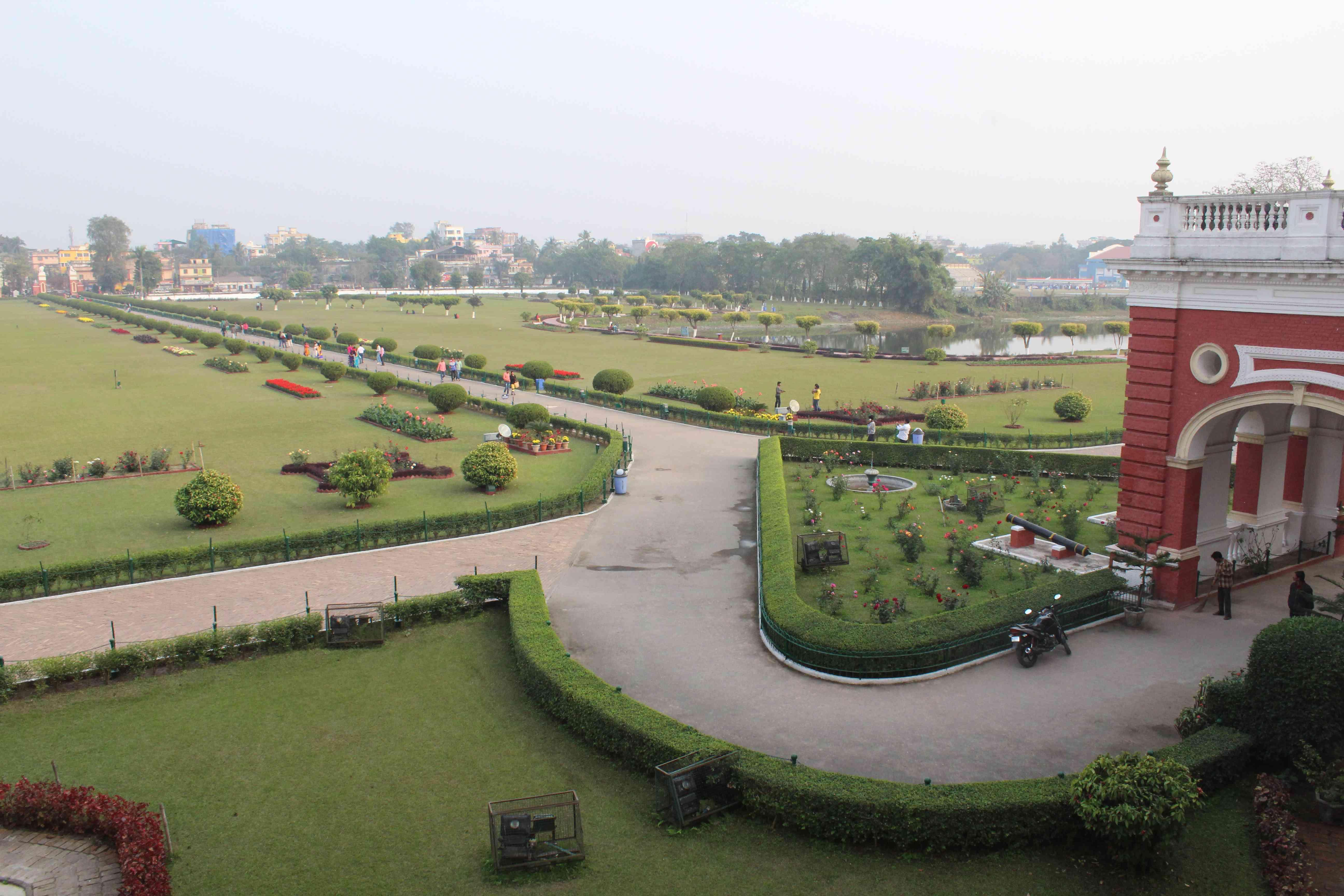 पहली मंजिल से राजबाड़ी का दृश्य - पार्क और तालाब