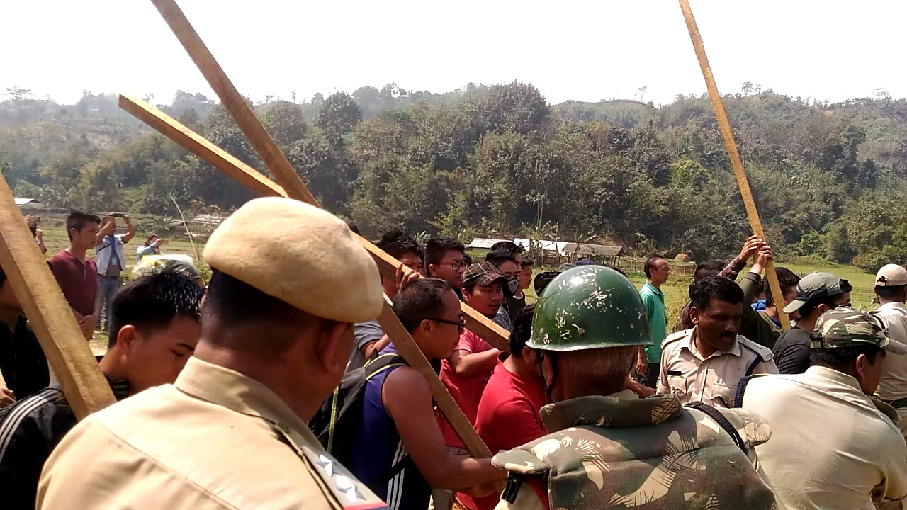 The Assam police and Mizo Zirlai Pawl activists face-off. (Photo credit: Special arrangement).