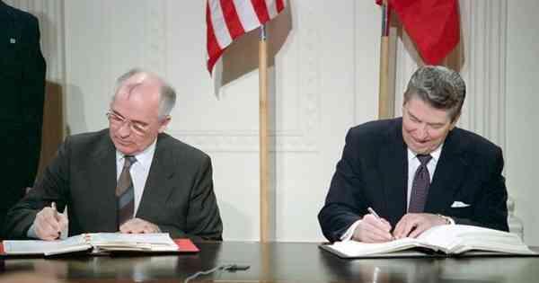 1987 में अंतिम सोवियत नेता मिखाइल गोर्बाचोव और अमेरिका के तत्कालीन राष्ट्रपति रोनाल्ड रीगन (दाएं) ने इस संधि पर हस्ताक्षर किए थे