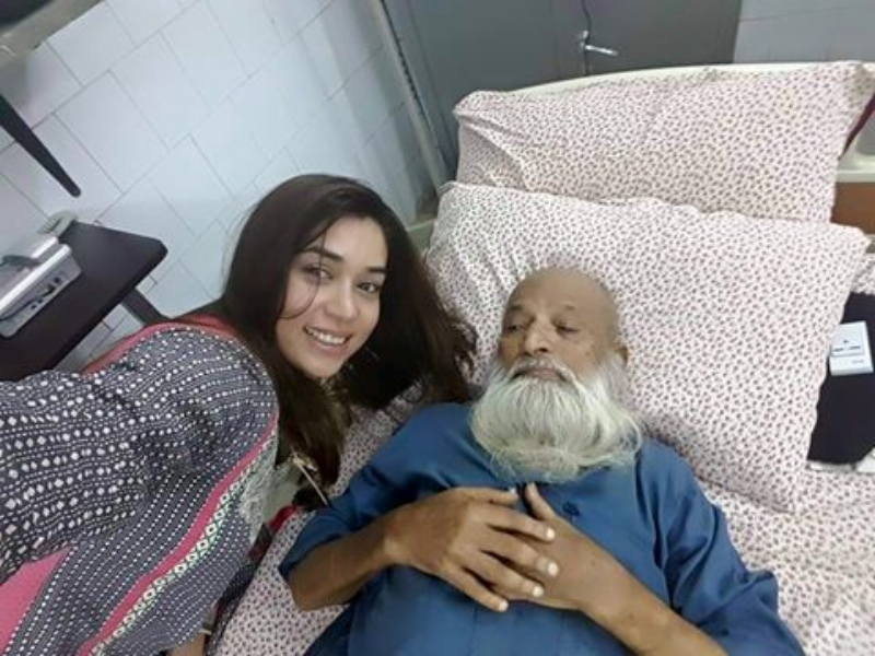 This 2015 selfie by Pakistani singer and actress Komal Rizvi with philanthropist Abdul Sattar Edhi, who was in hospital at the time, was panned for being disrespectful.
