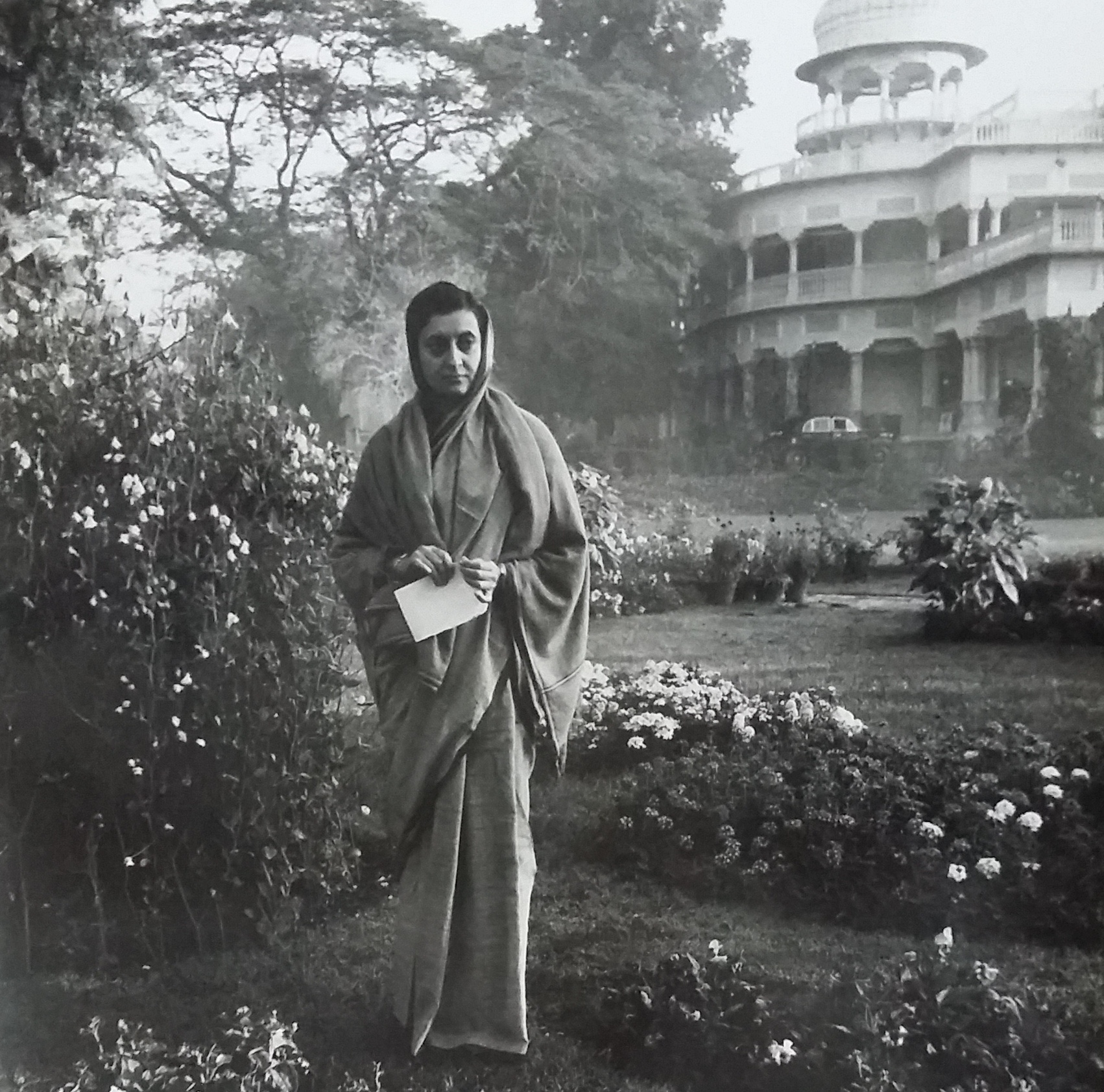 Indira Gandhi in the gardens at Anand Bhawan, her ancestral home, after becoming Congress president (1959). Allahabad, Uttar Pradesh. Courtesy: Indira Gandhi Memorial Trust