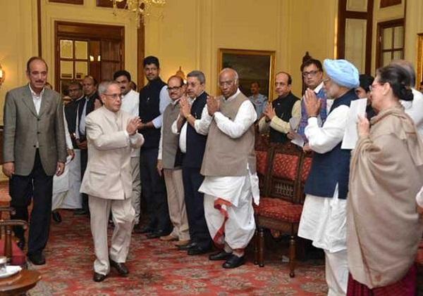 विपक्ष के नेताओं के साथ तत्कालीन राष्ट्रपति प्रणब मुखर्जी का अभिवादन करतीं सोनिया गांधी