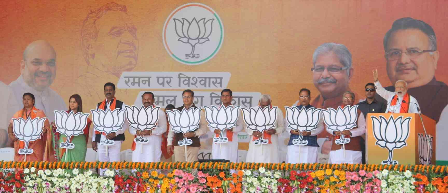 पार्टी उम्मीदवारों के साथ नरेंद्र मोदी