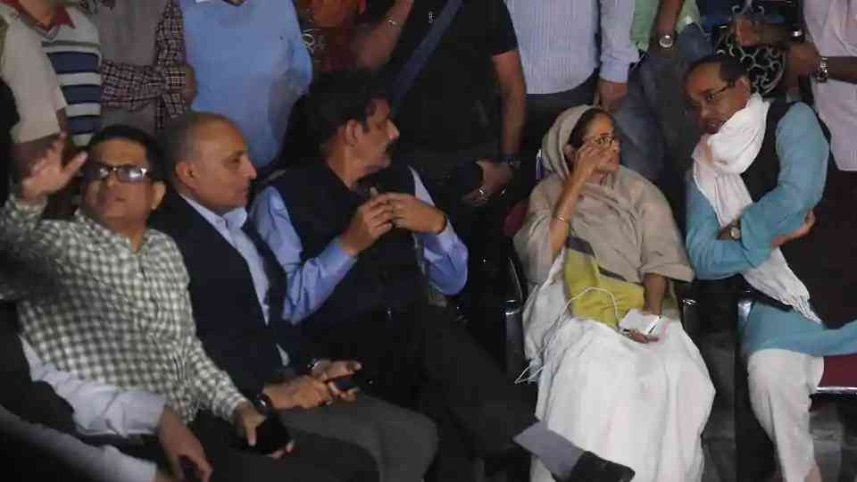 Kolakata Police Commissioner Rajeev Kumar(extreme left) with West Bengal chief minister Mamata Banerjee sitting on a dharna in front of Metro station at Esplanade in Kolkata on February 3.(HT Photo/Samir Jana)