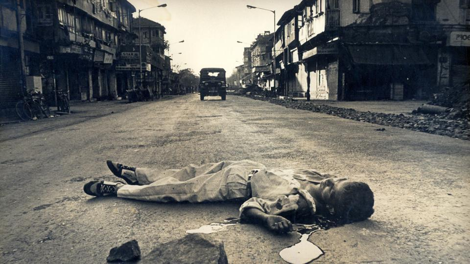 A body lies on Shaukat Ali Road in Mumbai during the 1992-'93 riots. Credit: HT Photo