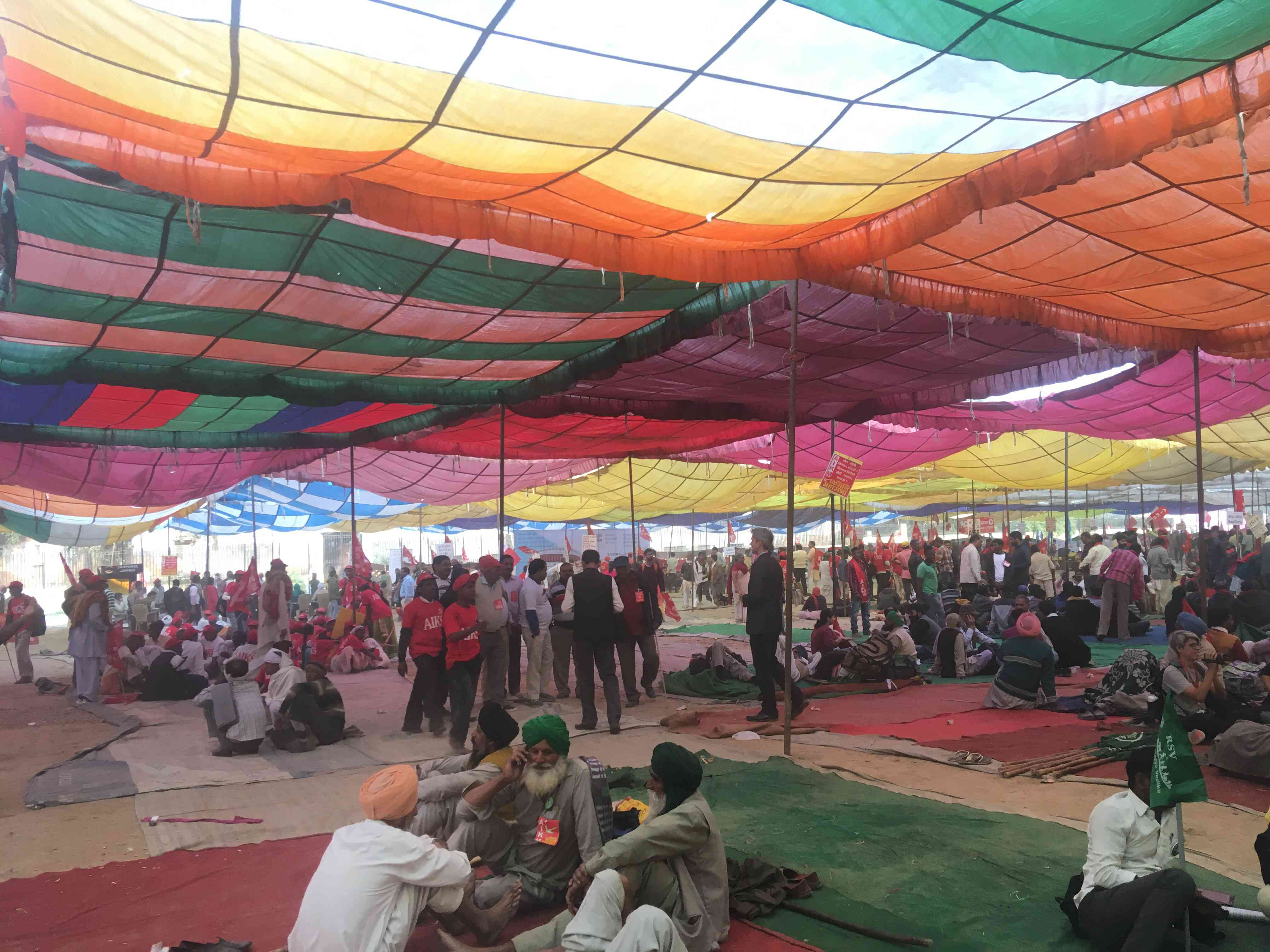 Farmers participating in the Kisan Mukti March gathered at Ramlila Maidan in central Delhi after marching from different assembly points in the city. (Photo credit: Vijayta Lalwani).
