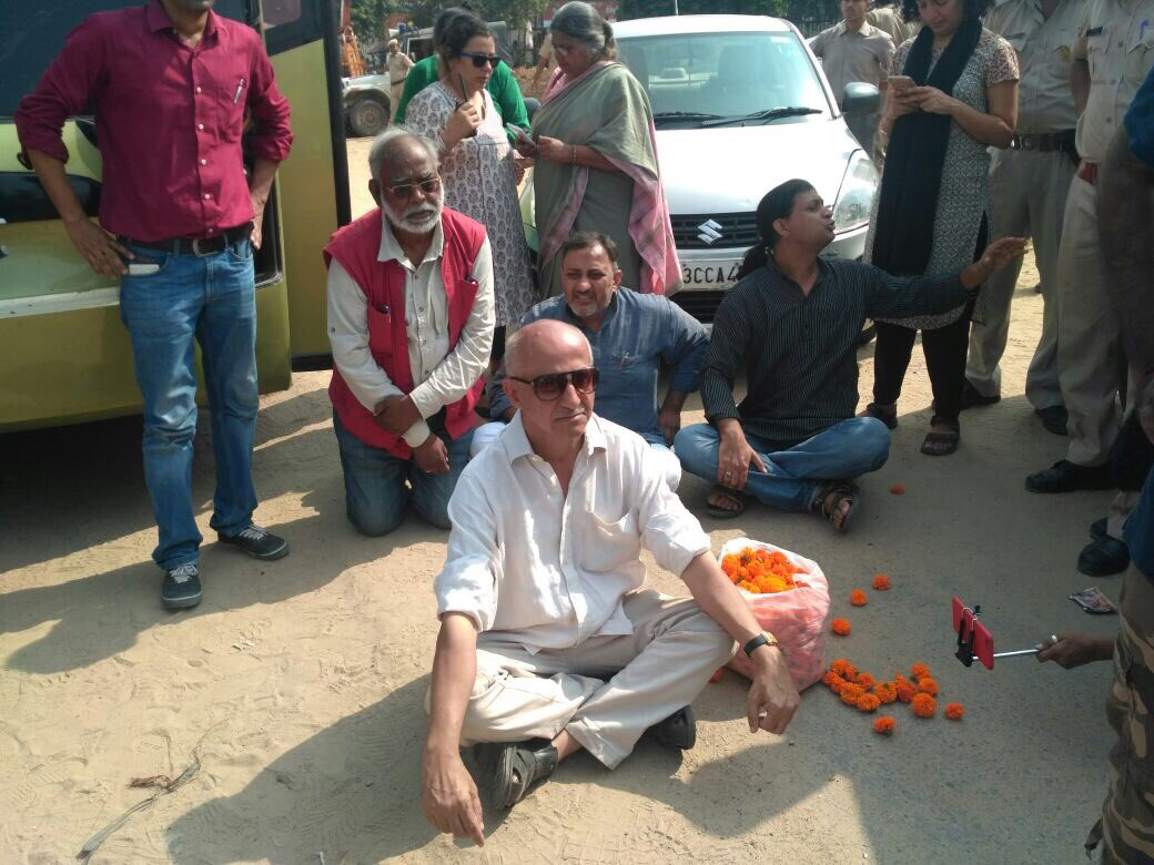 Harsh Mander sits on dharna in Behror, Rajasthan, after he is stopped from walking to the spot where Pehlu Khan was lynched. (Credit: Karwan e Mohabbat / Twitter)