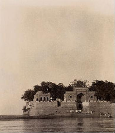 Island shrine of Zinda Pir, Sukkur, in 1926. Source: Flickr