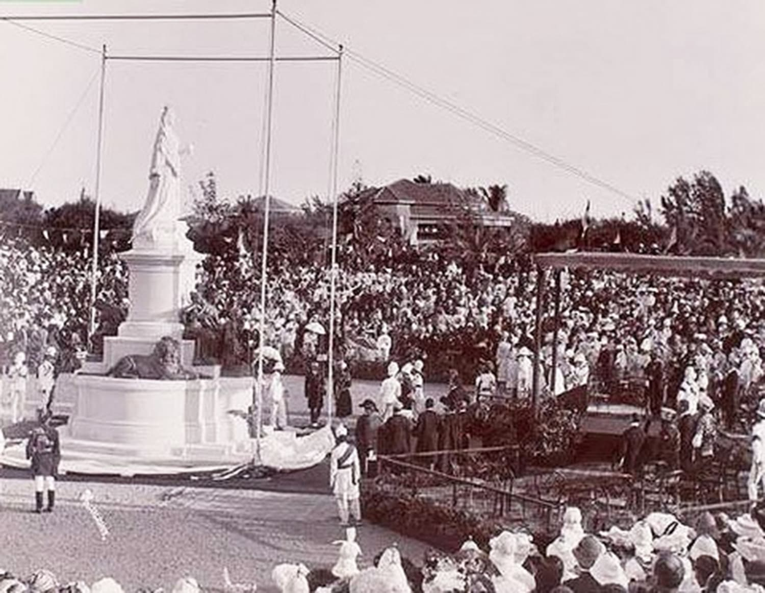 Statue of the British Queen being unveiled at Karachi's Frere Hall/Park during a ceremony.