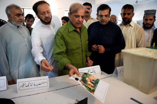 पाकिस्तान के लाहौर में वोट डालते पूर्व प्रधानमंत्री नवाज शरीफ के भाई और पीएमएल-एन के मुखिया शाहबाज शरीफ | फोटो : एएफपी