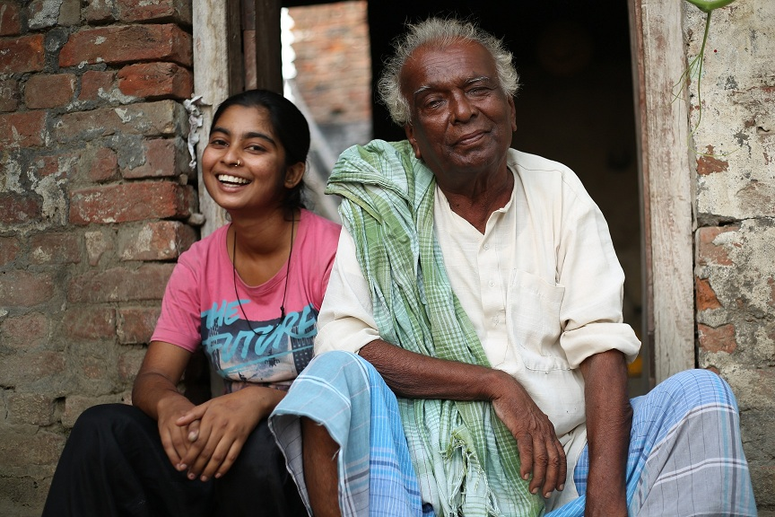 Ram Chandar Manjhi and his granddaughter, Pinki. in Naach Launda Naach. Image credit: Public Service Broadcasting Trust.
